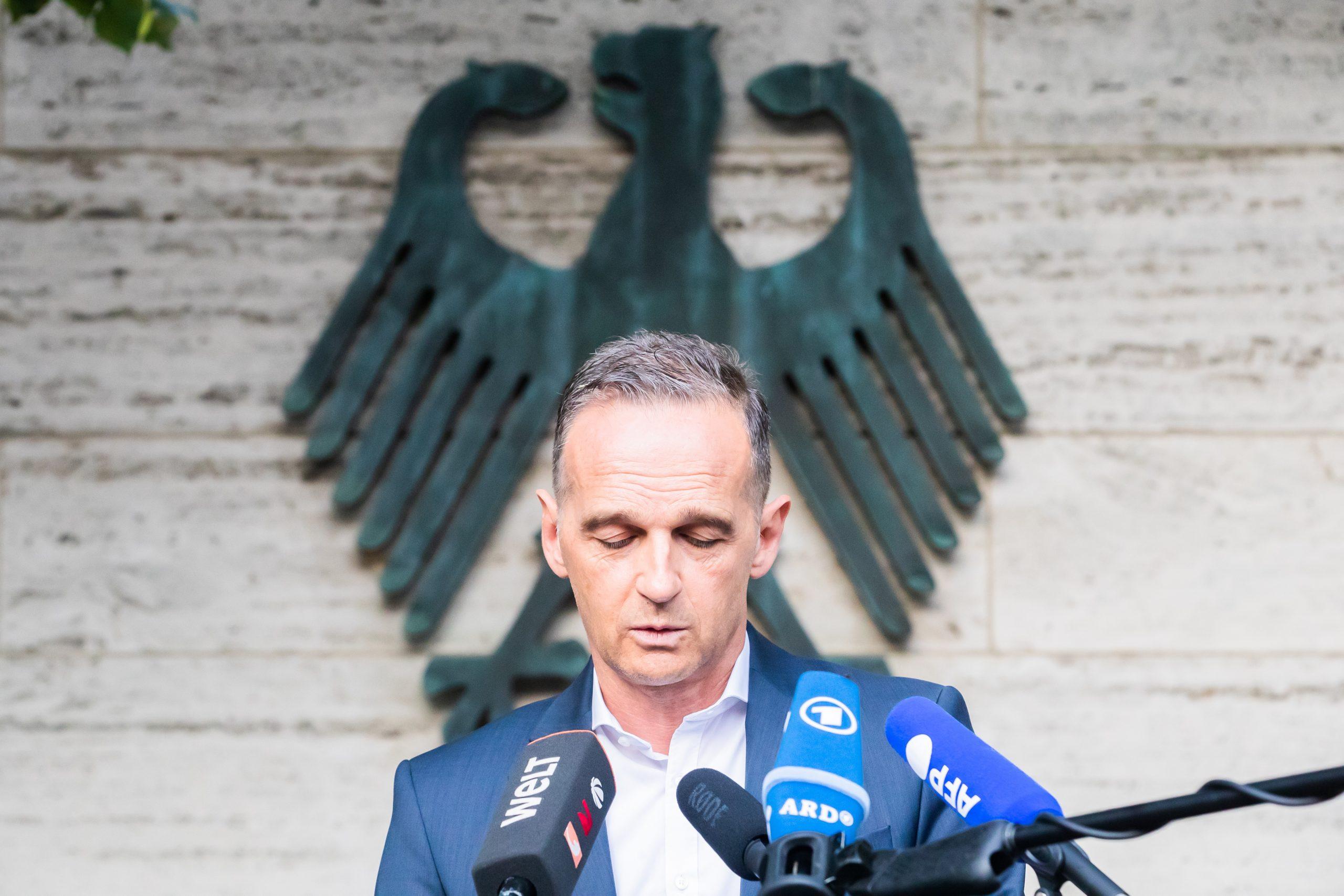 Heiko Maas gibt Statement or dem Auswärtigen Amt ab.
