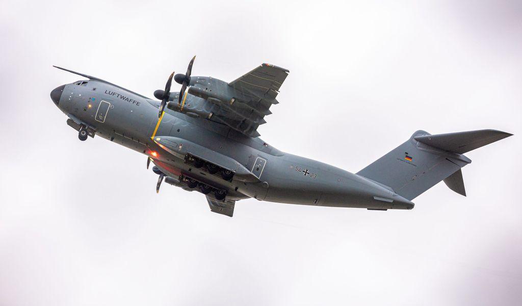 Ein Transportflugzeug vom Typ Airbus A400M der Luftwaffe startet am Morgen auf dem Fliegerhorst Wunstorf in der Region Hannover.