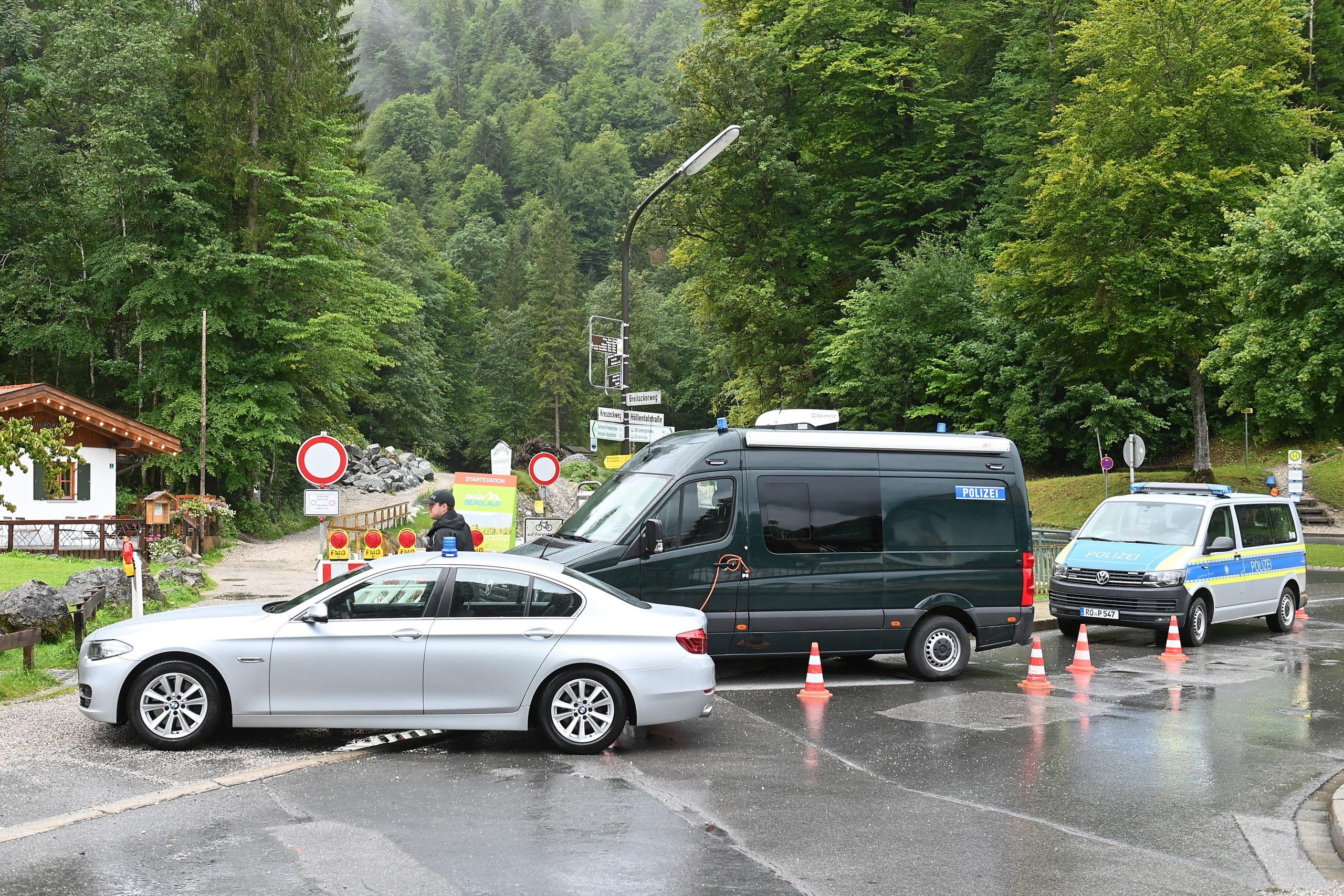 Einsatzfahrzeuge der Polizei stehen am Eingang zur Höllentalklamm.