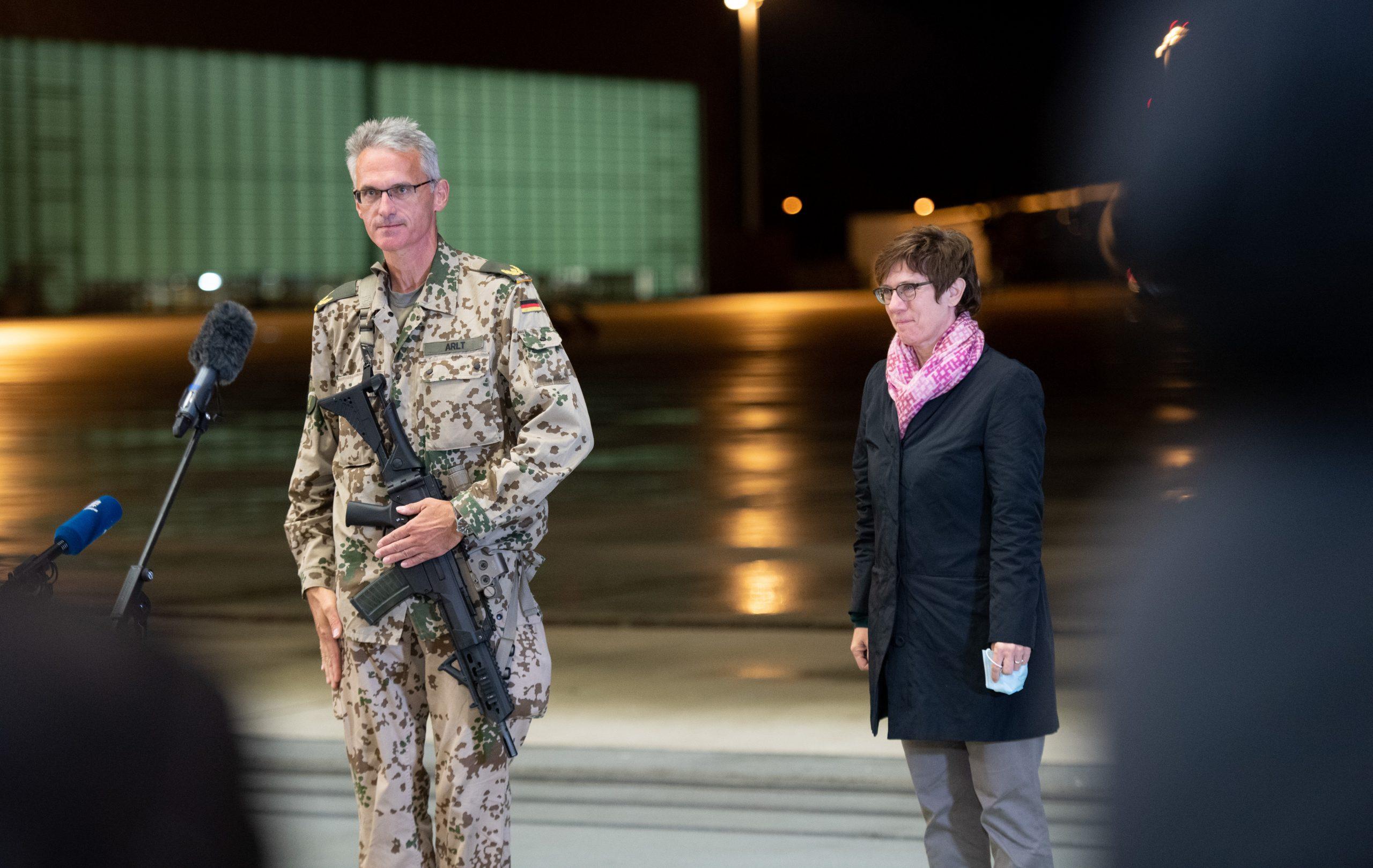 Jens Arlt, Brigadegeneral der Bundeswehr, gibt mit einem Sturmgewehr in der Hand auf dem niedersächsischen Stützpunkt Wunstorf ein Statement ab.