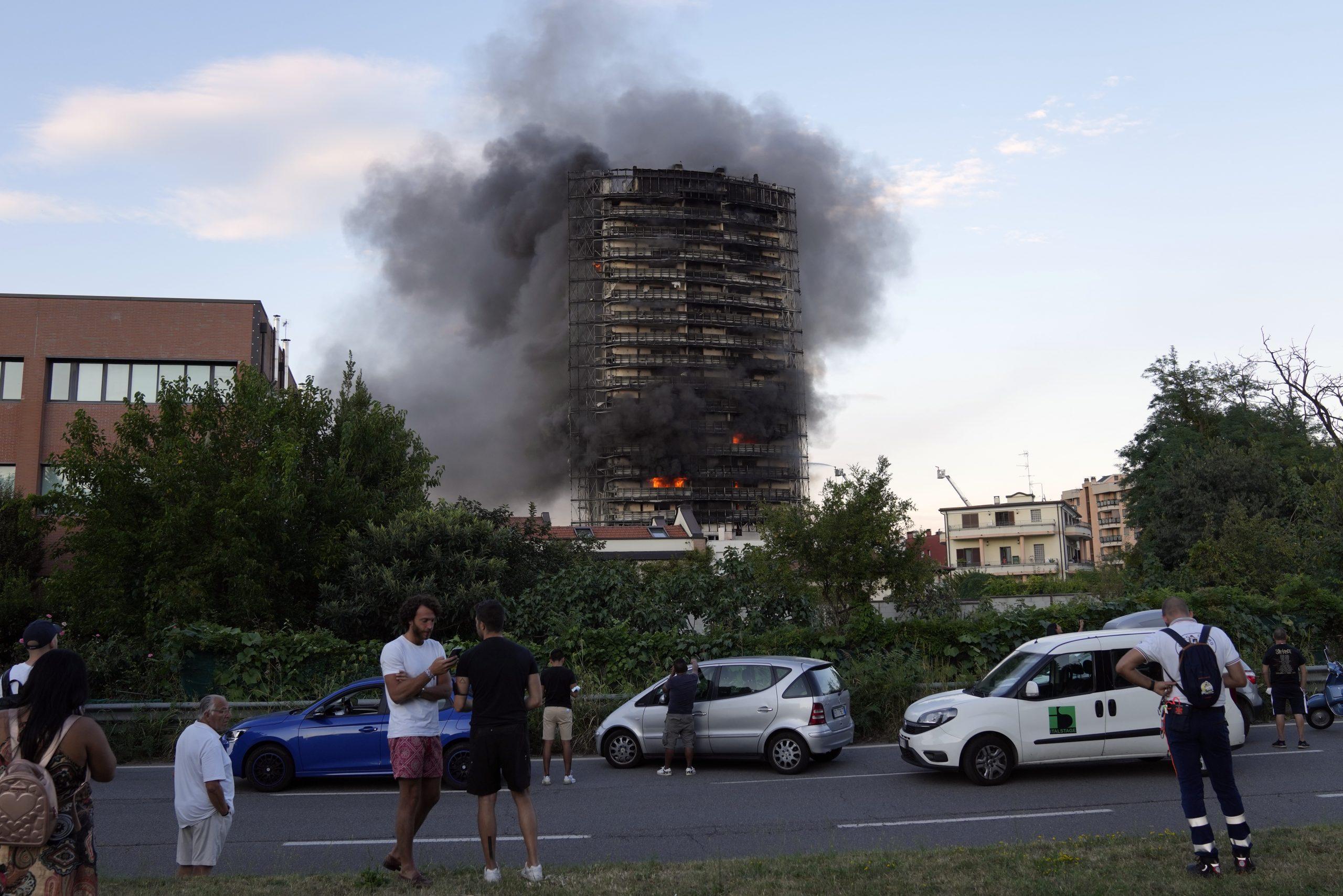 das brennende Gebäude in Mailand.