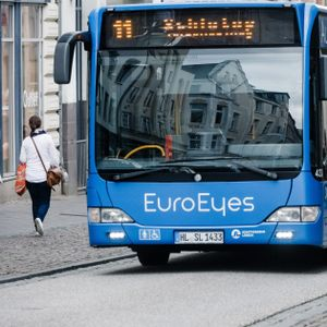 Busse fahren in Lübeck durchs Stadtzentrum