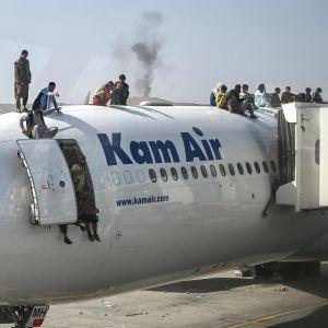Verzweifelte Afghanen versuchen irgendwie, einen Platz in Evakuierungsflugzeugen zu bekommen.