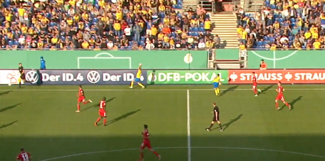 Einwurf von Eintracht Braunschweig