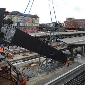Am Samstagvormittag wurde die neue Treppe für den Hamburger Hauptbahnhof an Bahnsteig 13/14 montiert.