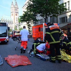 Rettungskräfte versorgen die Verletzten in der Mönckebergstraße