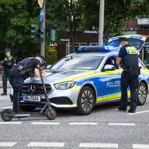 Ein 39-Jähriger fuhr mit dem E-Scooter über eine rote Ampel - und wurde dabei von einem Pkw erfasst.