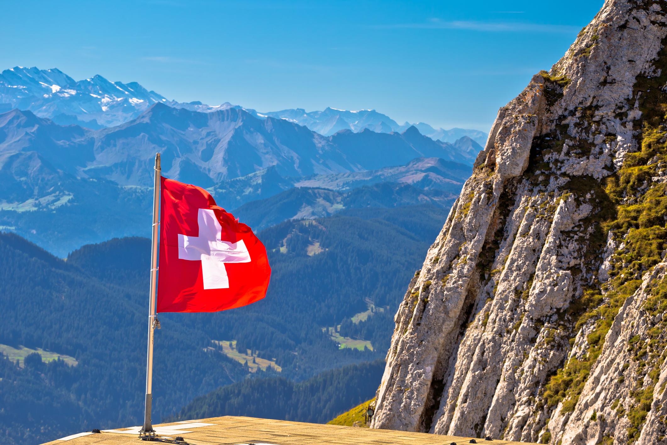 Schweizer Alpen mit schweizer Flagge