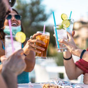 Spaß mit einem Kühlen Drink - junge Leute auf einer Party