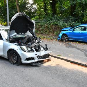 Zwei der an der Unfallserie beteiligten Autos.