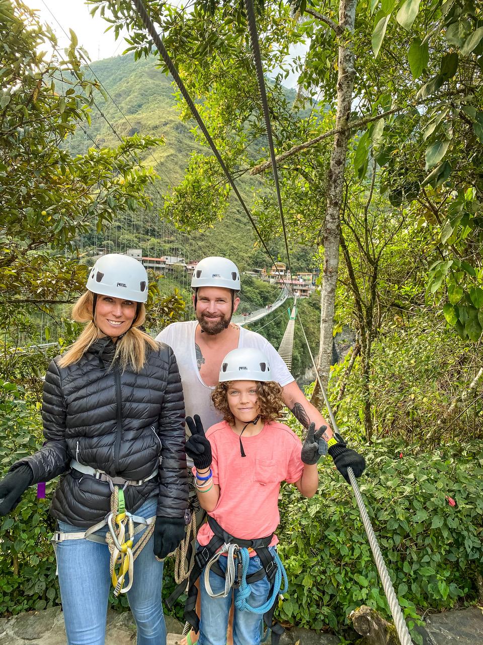Carlos, Mateo und Tanja Howe stehen vor einem Wasserfall.