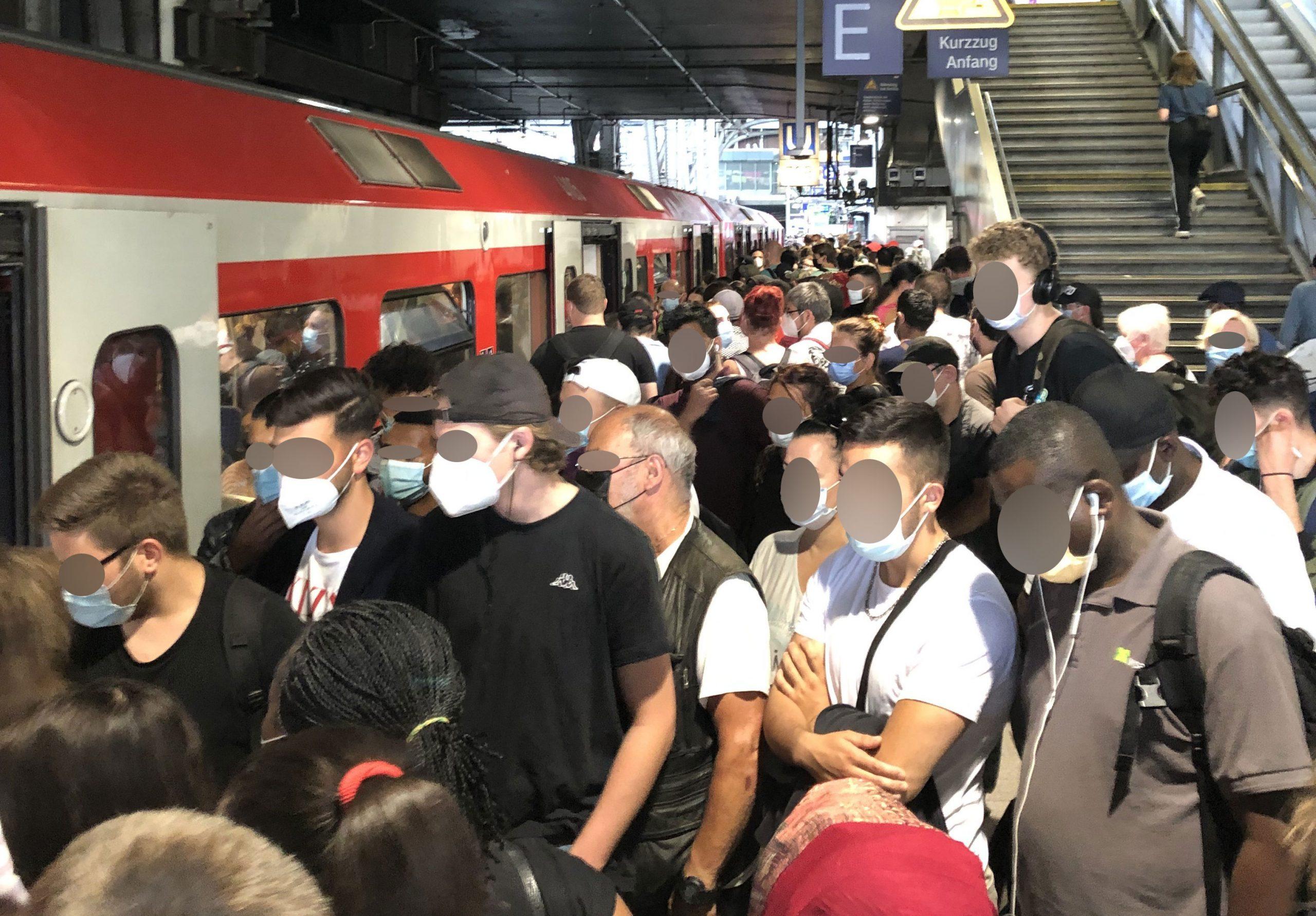 Bahnreisende beim Einsteigen in die S-Bahn am Hauptbahnhof