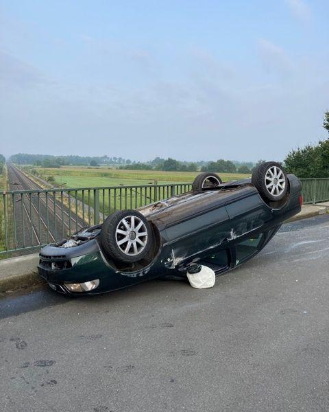 Das Auto blieb nach den Kollisionen auf dem Dach liegen.