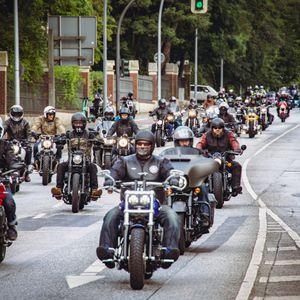 Mehrere tausend Teilnehmer:innen demonstrieren in Hamburg gegen drohende Fahrverbote für Motorräder.