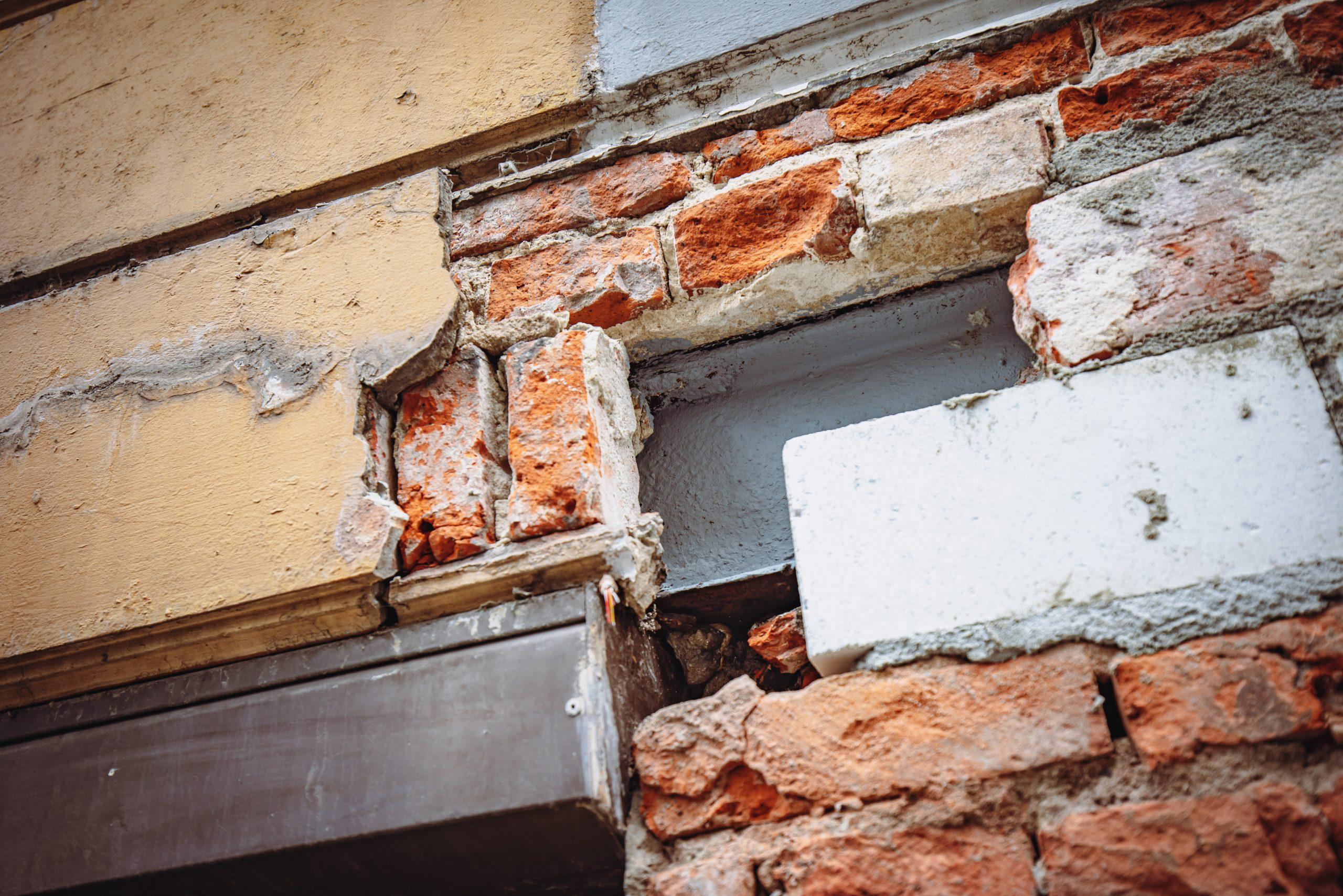 Mauerwerk gibt Blick auf Stahlträger frei