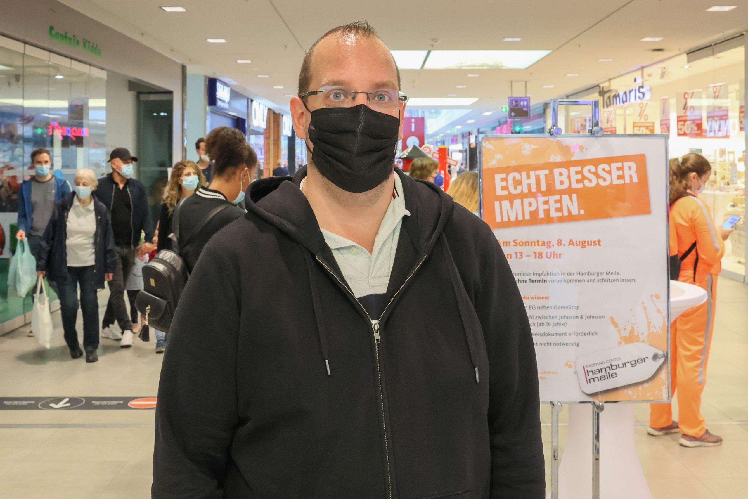 """Sven, 39, stellvertretender Betriebsleiter: """"Ich arbeite in der Nähe und bin heute kurzerhand vorbeigekommen. """"Eigentlich wollte ich mich nicht Impfen lassen, weil die Impfstoffe noch nicht lange auf dem Markt sind. Aber nächstes Jahr will ich in den Urlaub nach Thailand und da brauche ich die Impfung."""""""