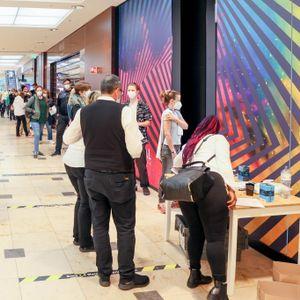 Im Alstertal Einkaufszentrum herrscht vor der Impfstation am Sonntag ein großer Andrang.