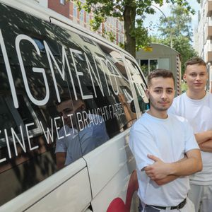 "Daniele lapaglia, 22, und Nigel Rimek, 20 (v.li.) vom Malerbetrieb ""Fa. Pigmento"" haben beim Lastenrad Angst vor Diebstahl."