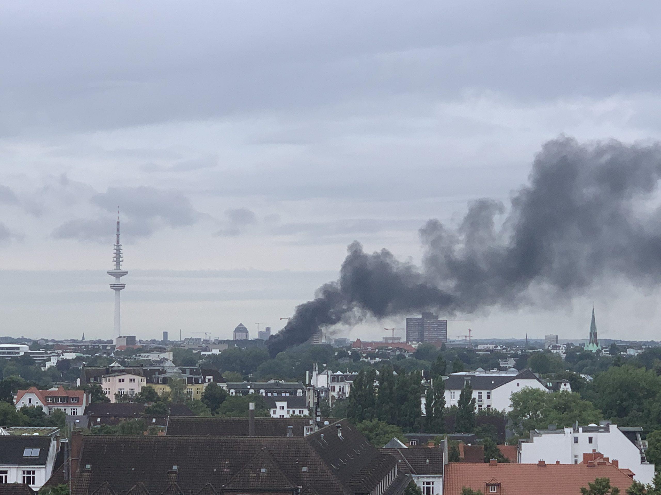 Die Rauchwolke legte sich über den Hamburger Stadtteil Rotherbaum.