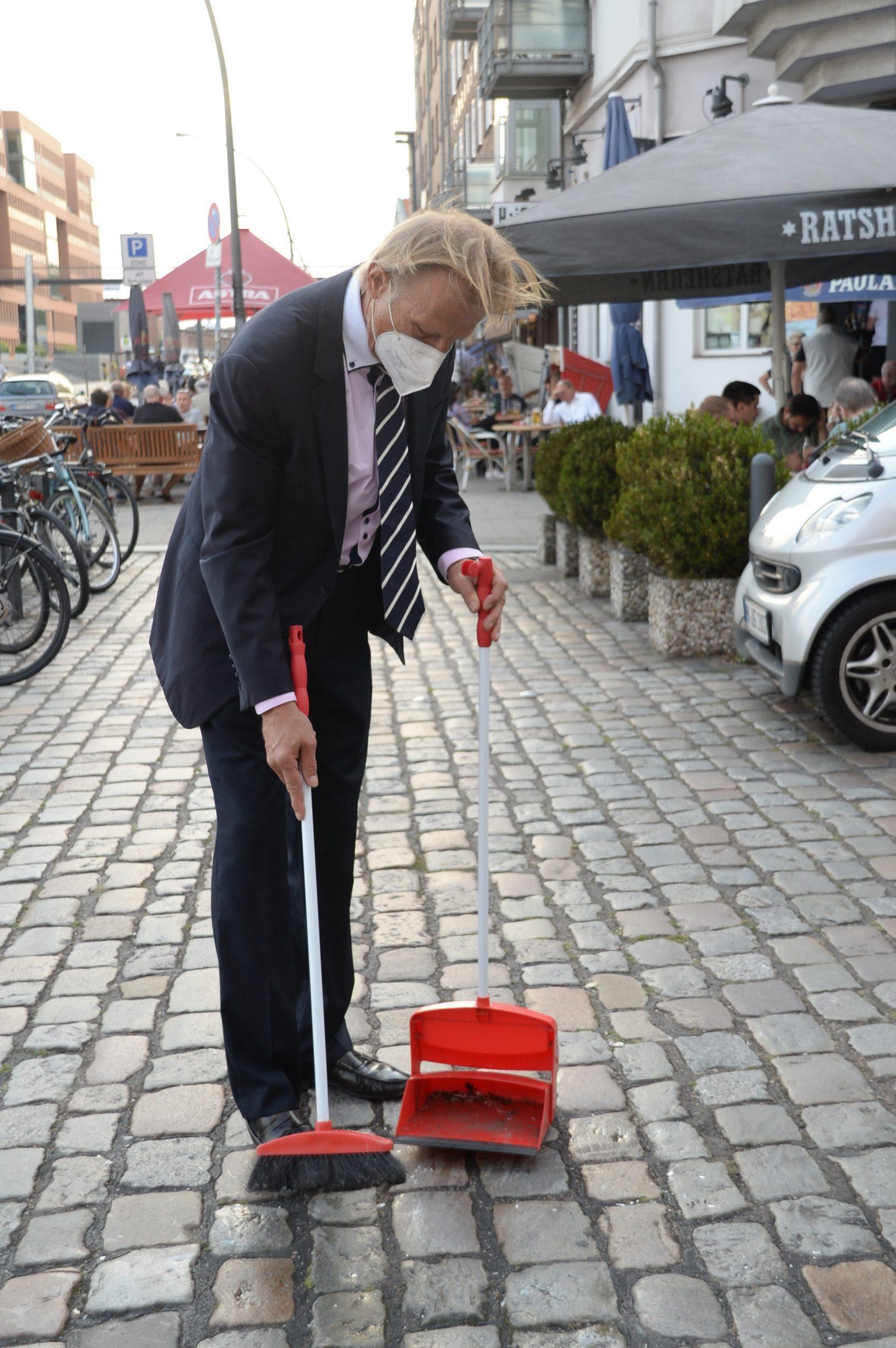 Zu Gast bei Inas Nacht: Christoph Daum fegt Straße   MOPO