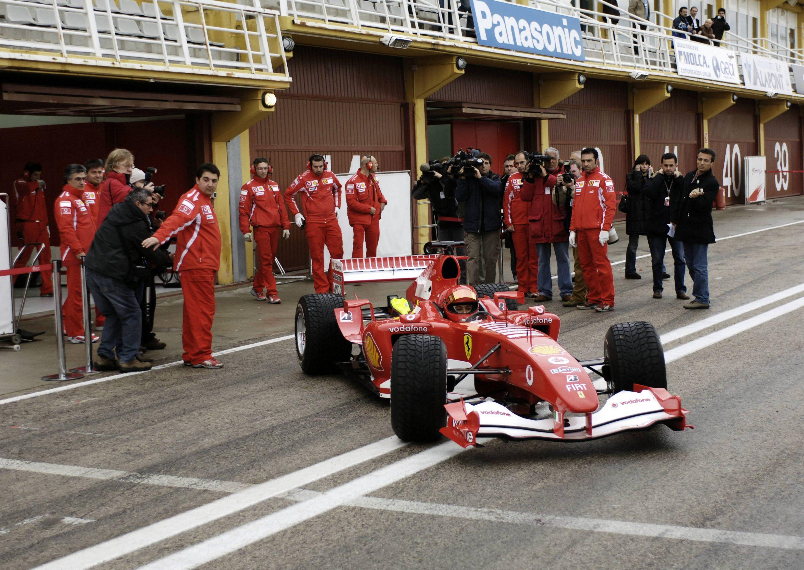 Valentino Rossi ist nicht nur auf zwei Rädern schnell: 2006 testete der Italiener Schumis letzten Weltmeister-Ferrari.