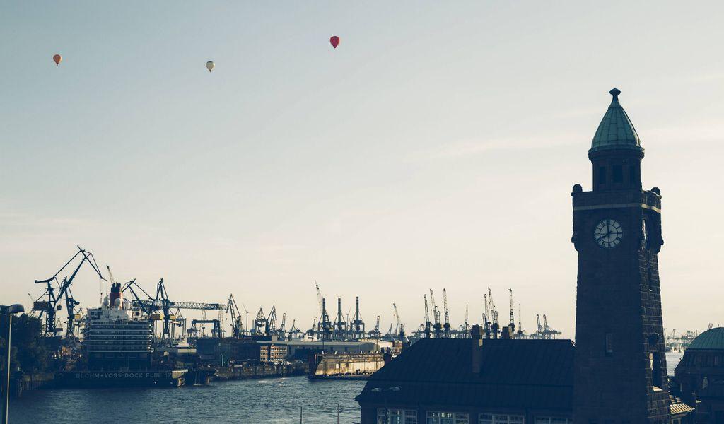 Heißluftballons über dem Hafen