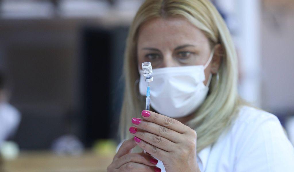 Eine Ärztin mit Corona-Impfstoff.