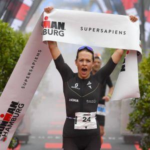 """""""Ich bin sprachlos."""" Laura Zimmermann jubelt beim vierten Hamburger Ironman über ihren ersten Sieg auf dieser Distanz"""
