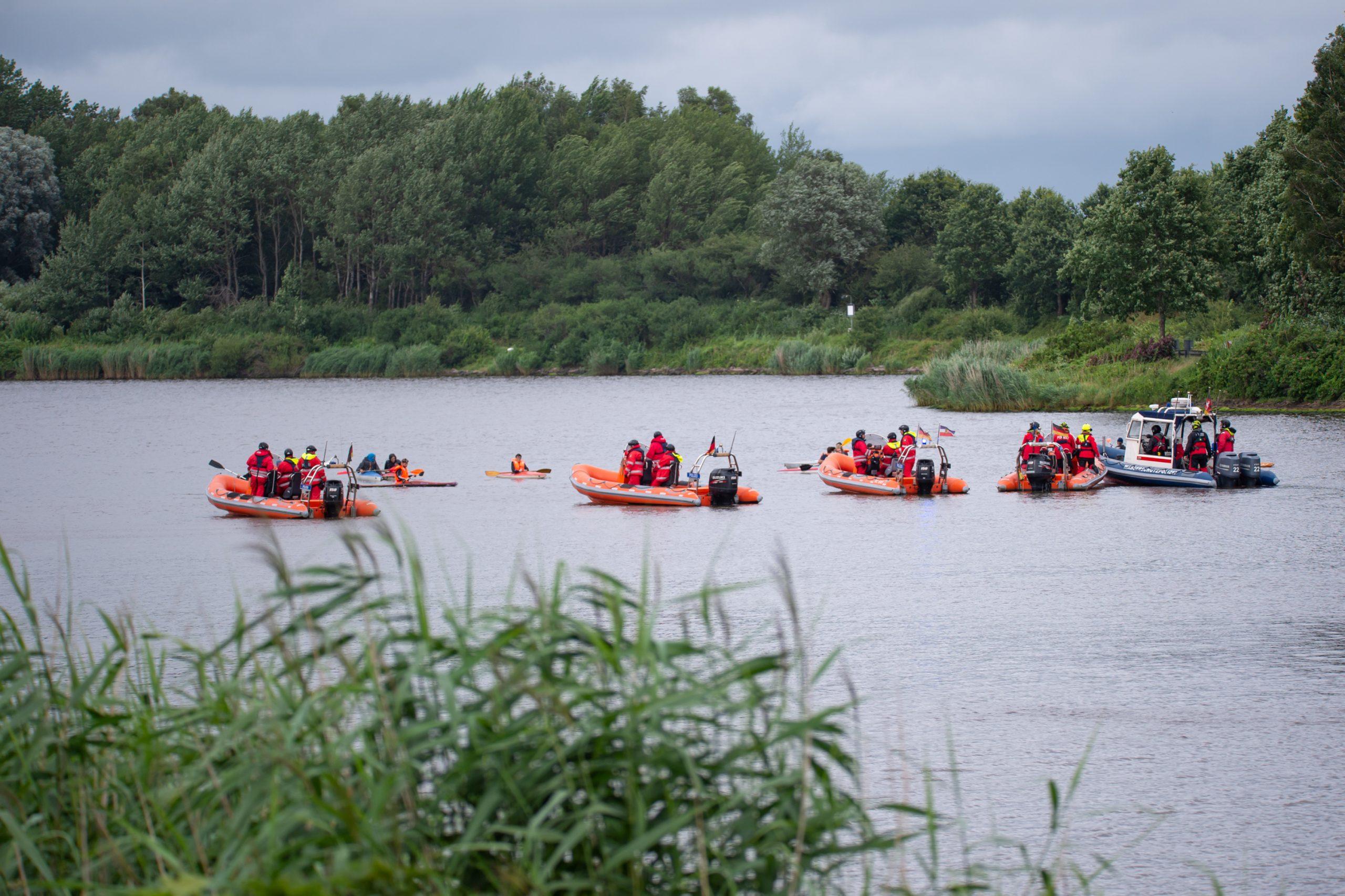 Nord-Ostsee-Kanal bei Protest gegen LNG-Terminal blockiert.