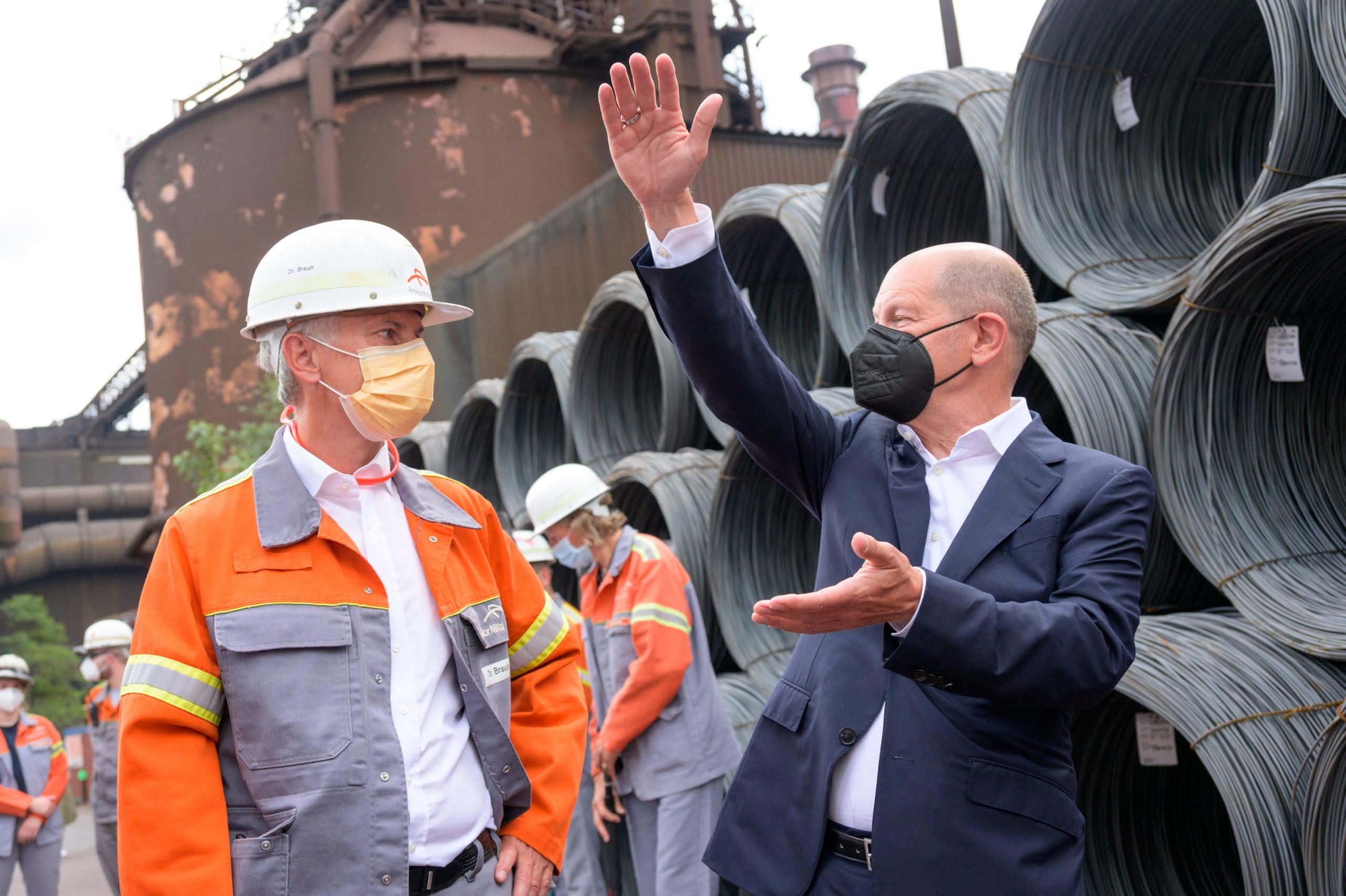 Olaf Scholz (SPD, r.) im Austausch mit Dr. Uwe Braun, CEO von ArcelorMittal