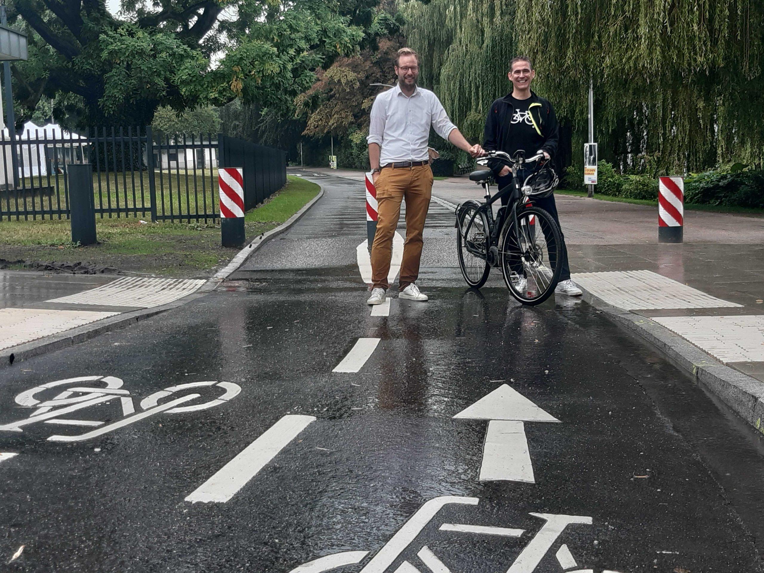 """Verkehrssenator Anjes Tjarks (Grüne) und Bezirksamtsleiter von Eimsbüttel, Kay Gätgens (v.l.n.r.) eröffneten die neue Fahrradstraße """"Alsterufer""""."""