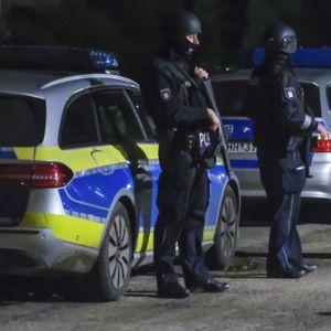 Polizisten in schusssicherer Ausrüstung durchsuchen eine Kleingartenkolonie in Hamburg-Bergedorf.