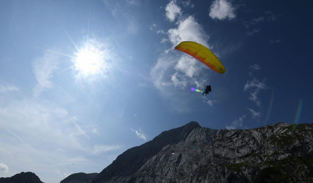 Ein Paraglider am Himmel