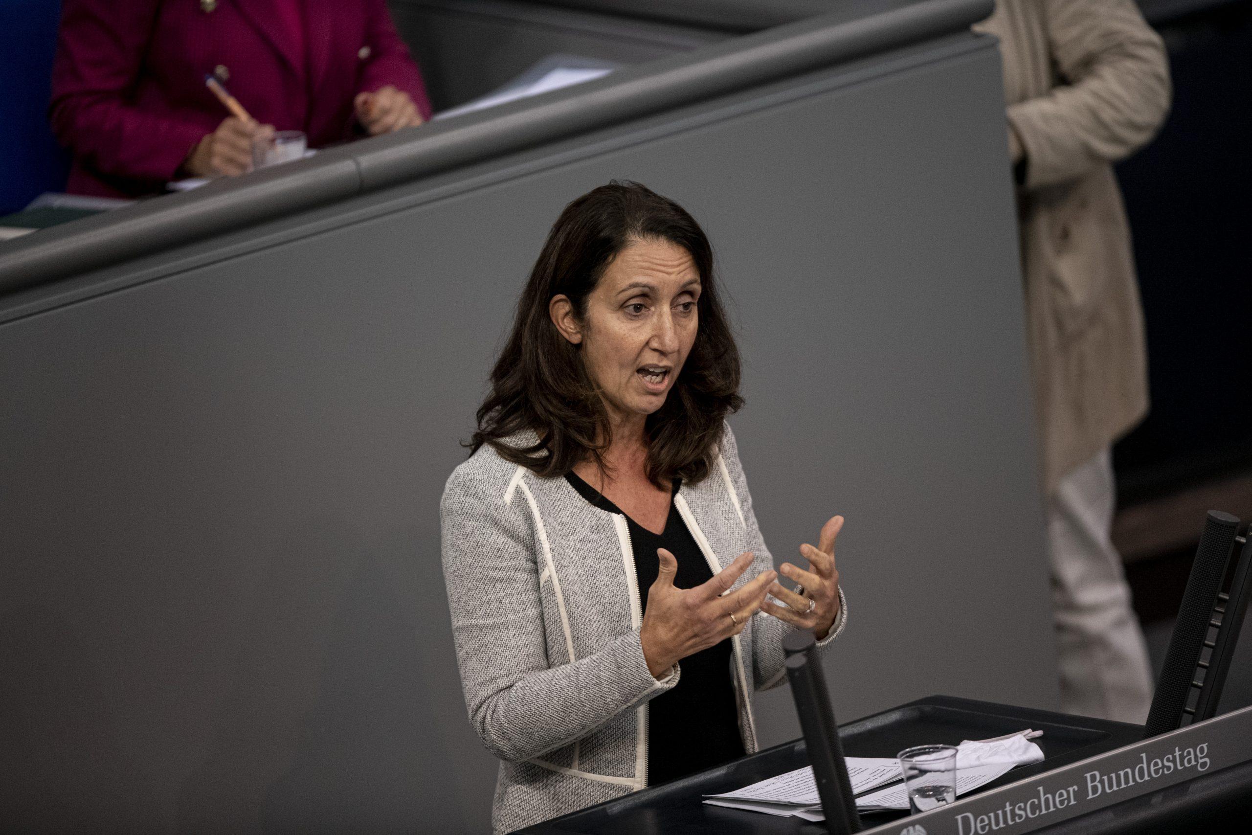 Aydan Özuğuz spricht im Bundestag