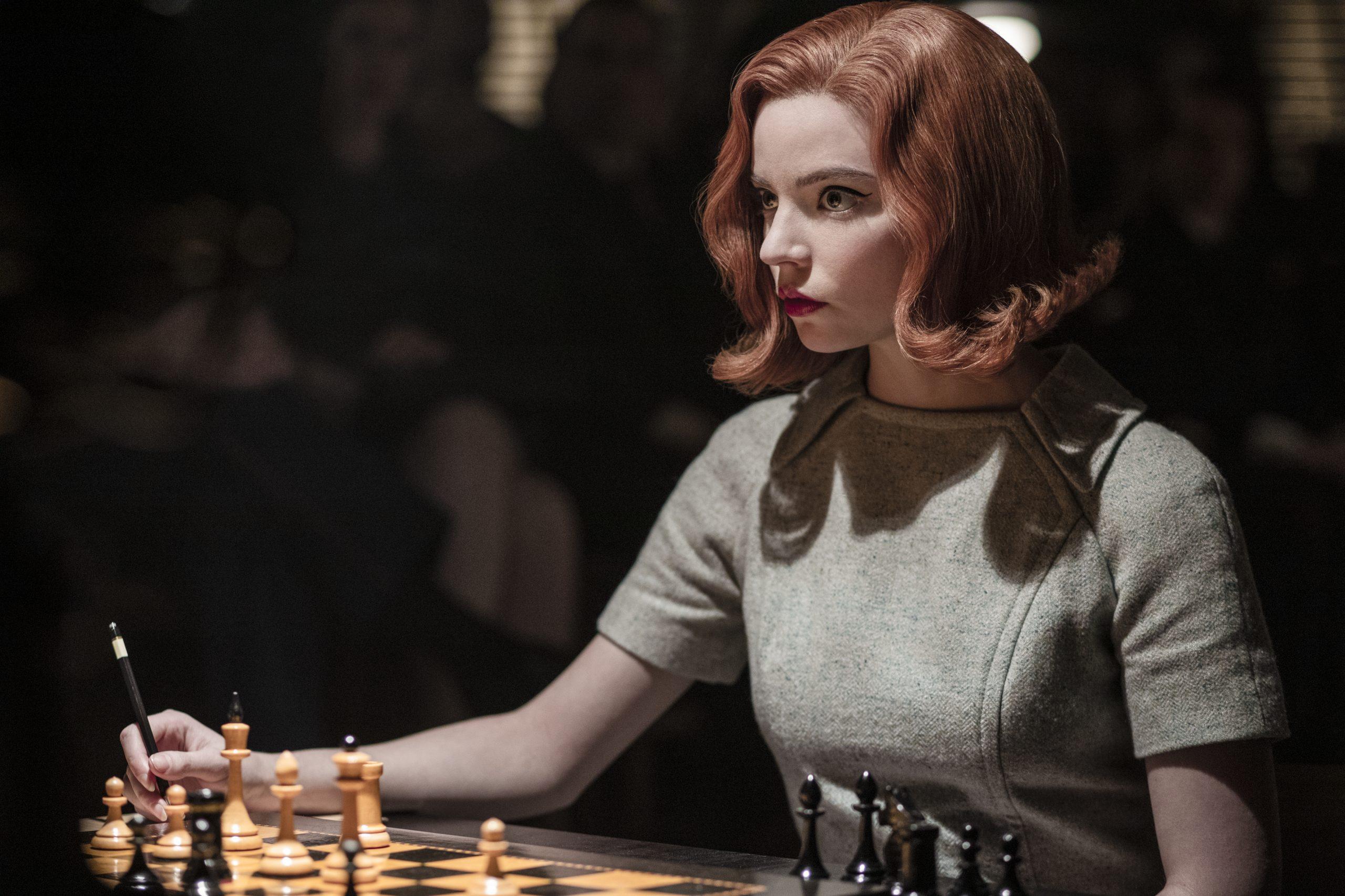 """Anya Taylor-Joy als fiktives Schachgenie Beth Harmon in einer Szene der Netflix-Miniserie """"Das Damengambit""""."""
