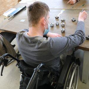 Ein Beschäftigter in einer Werkstatt für Menschen mit Behinderung