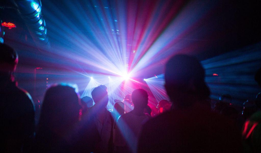 Menschen tanzen im Club