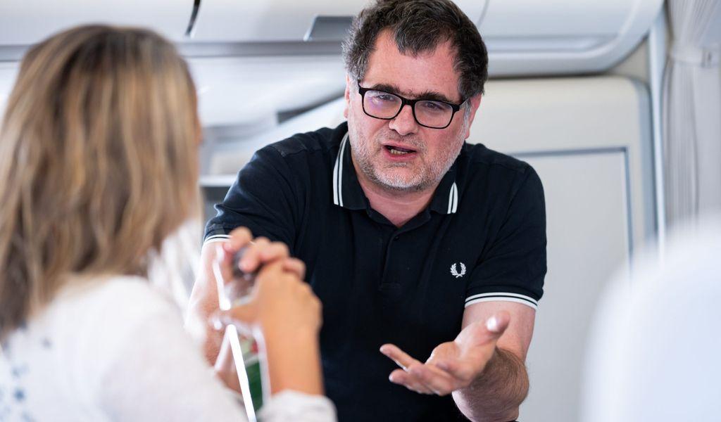 Wolfgang Schmidt (SPD), Staatssekretär im Bundesministerium der Finanzen, unterhält sich mit einer Journalistin.