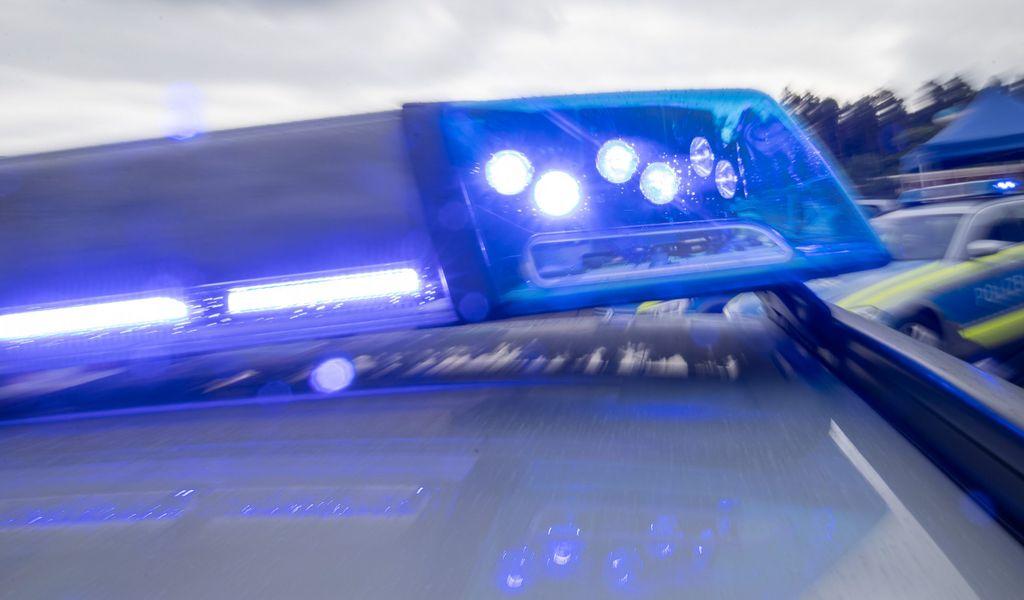 Blaulicht auf Streifenwagen. Wegen Scheinwaffen kam es zu einem Polizeieinsatz in Bremen.