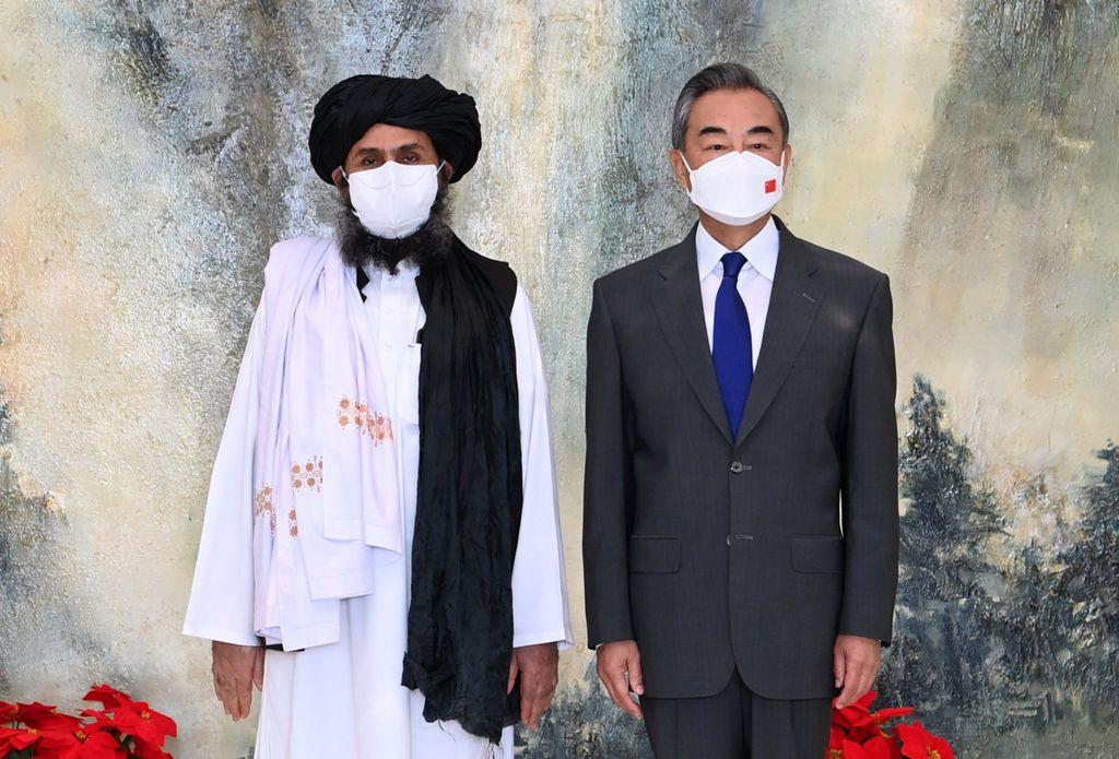 Wang Yi (r), Außenminister von China, und Mullah Abdul Ghani Baradar, afghanischer Führer der Taliban, während eines Treffens Ende Juli.
