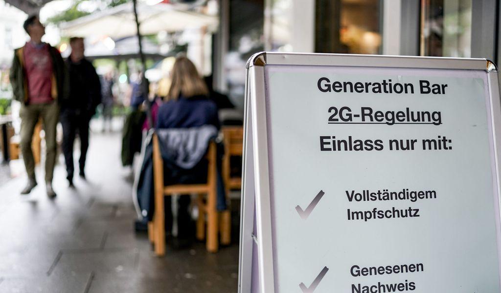 Schild vor Bar mit 2G-Regeln