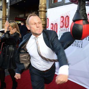 Innensenator Andy Grote (SPD) an einem Boxsack.