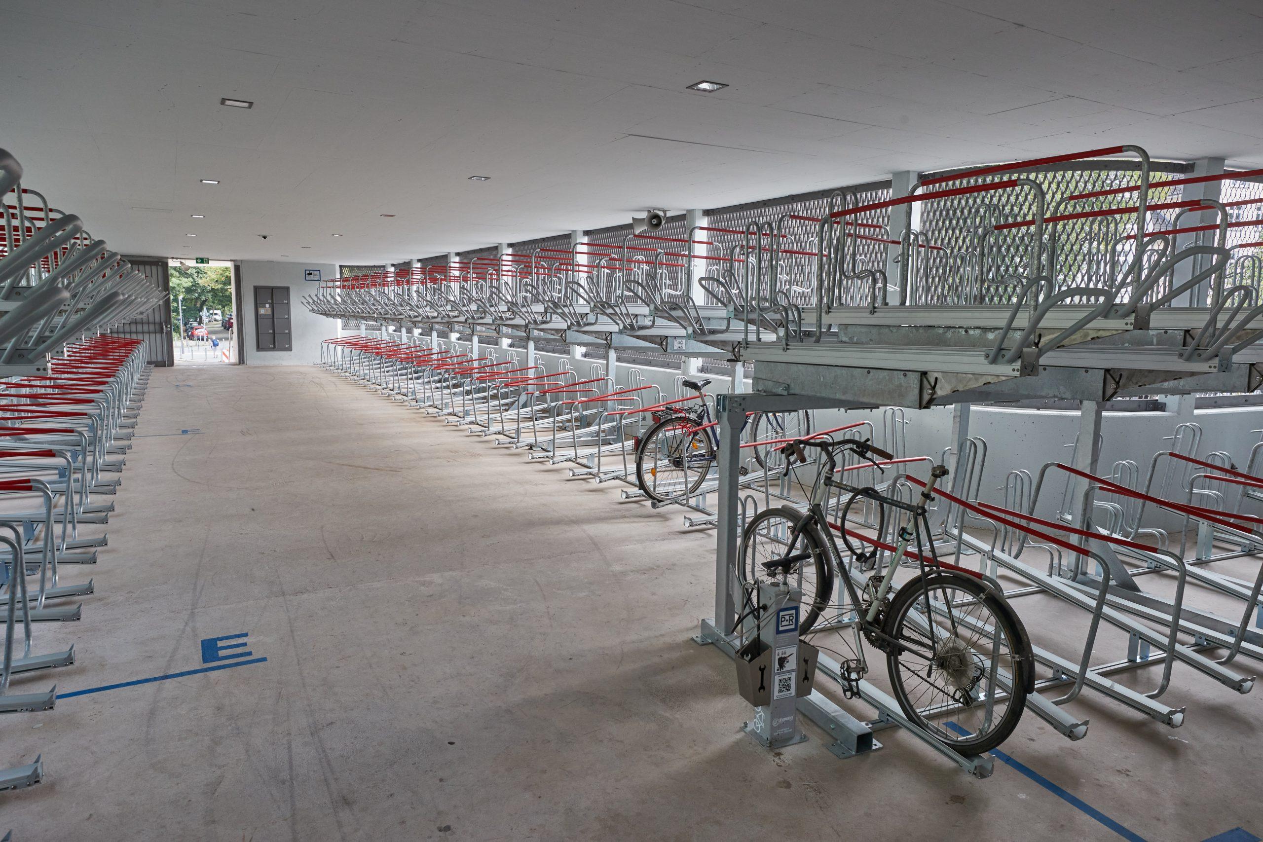 Blick in die obere Etage mit Fahrradständern des Fahrradparkhauses an der Haltestelles Kellinghusenstraße.
