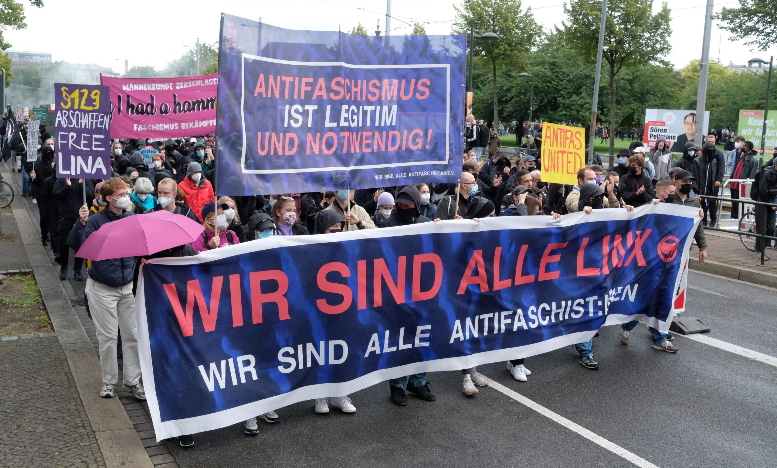 """Teilnehmer einer linken Demonstration gehen durch die Karl-Liebknecht-Straße. Für die Demo hat das Kampagnenbündnis """"Wir sind alle Linx"""" bundesweit mobilisiert."""