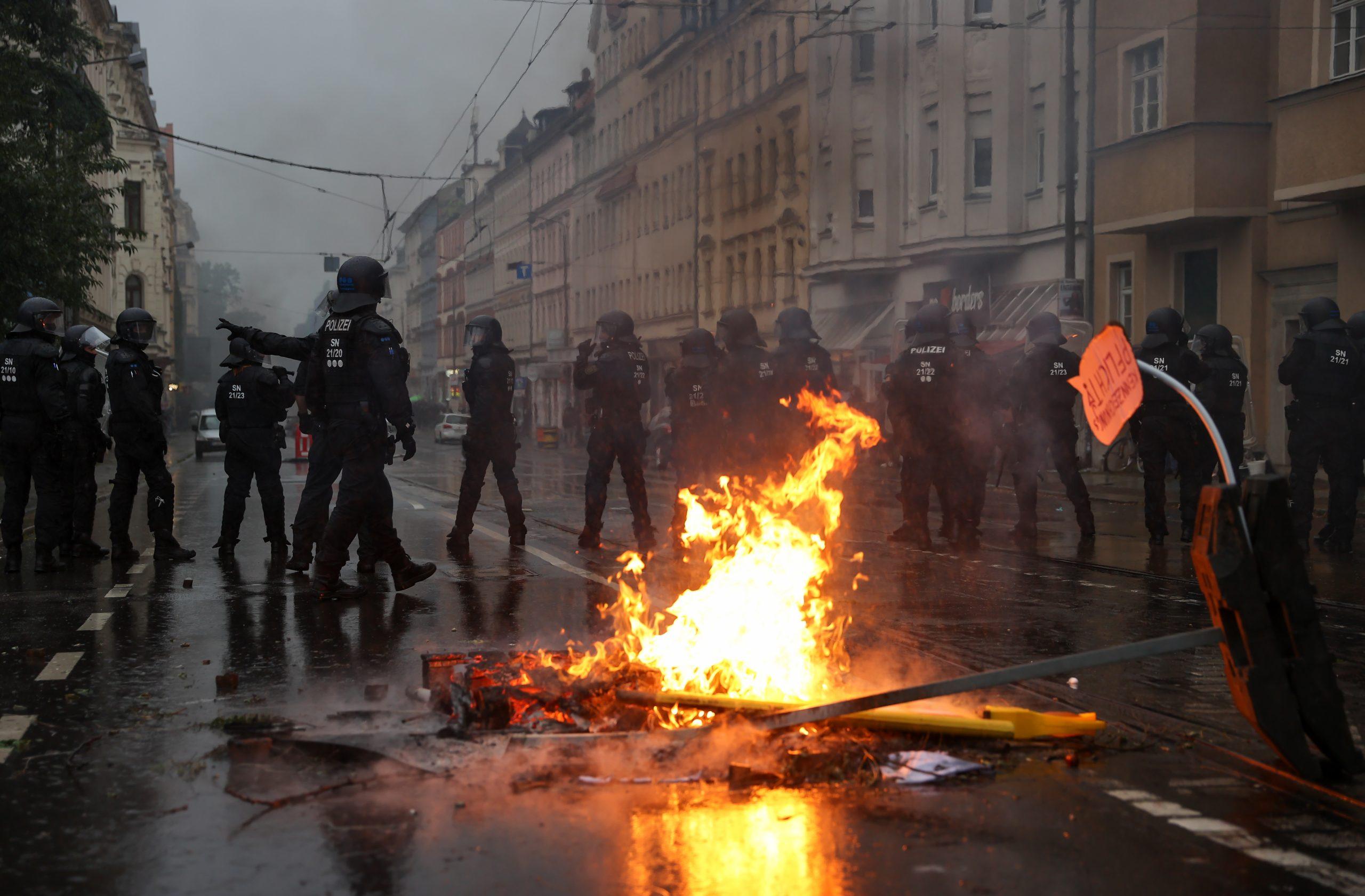 Polizisten sichern die Wolfgang-Heinze-Straße, nachdem es nach Ende einer linken Demonstration zu Ausschreitungen kam.