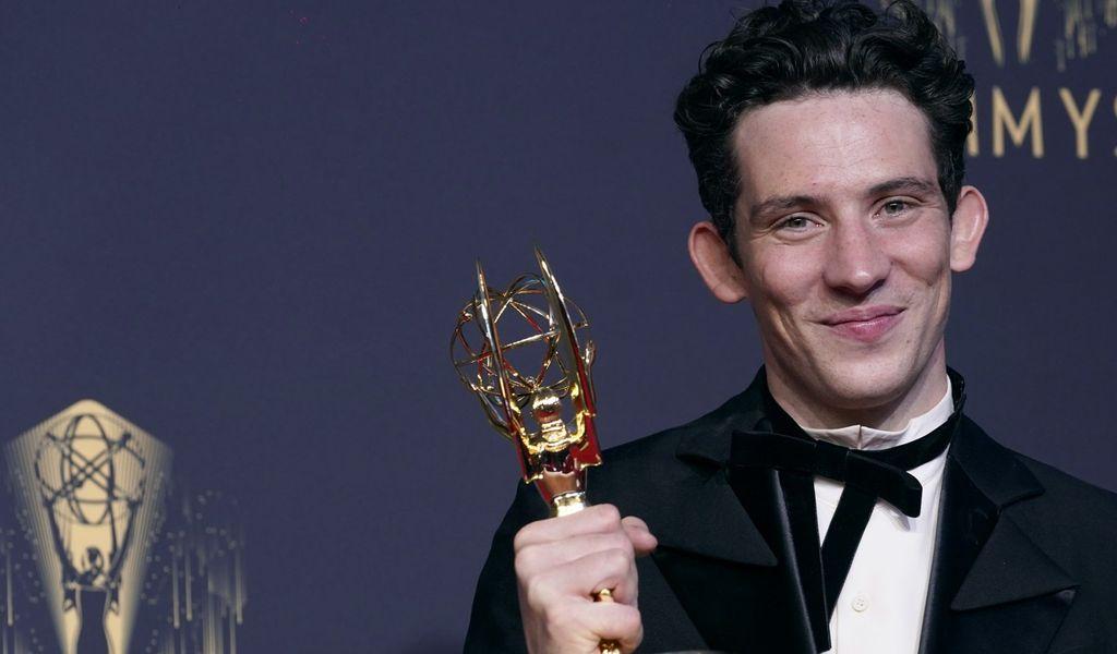 """Josh O'Connor, Gewinner des Preises für den herausragenden Hauptdarsteller in einer Dramaserie für """"The Crown""""."""