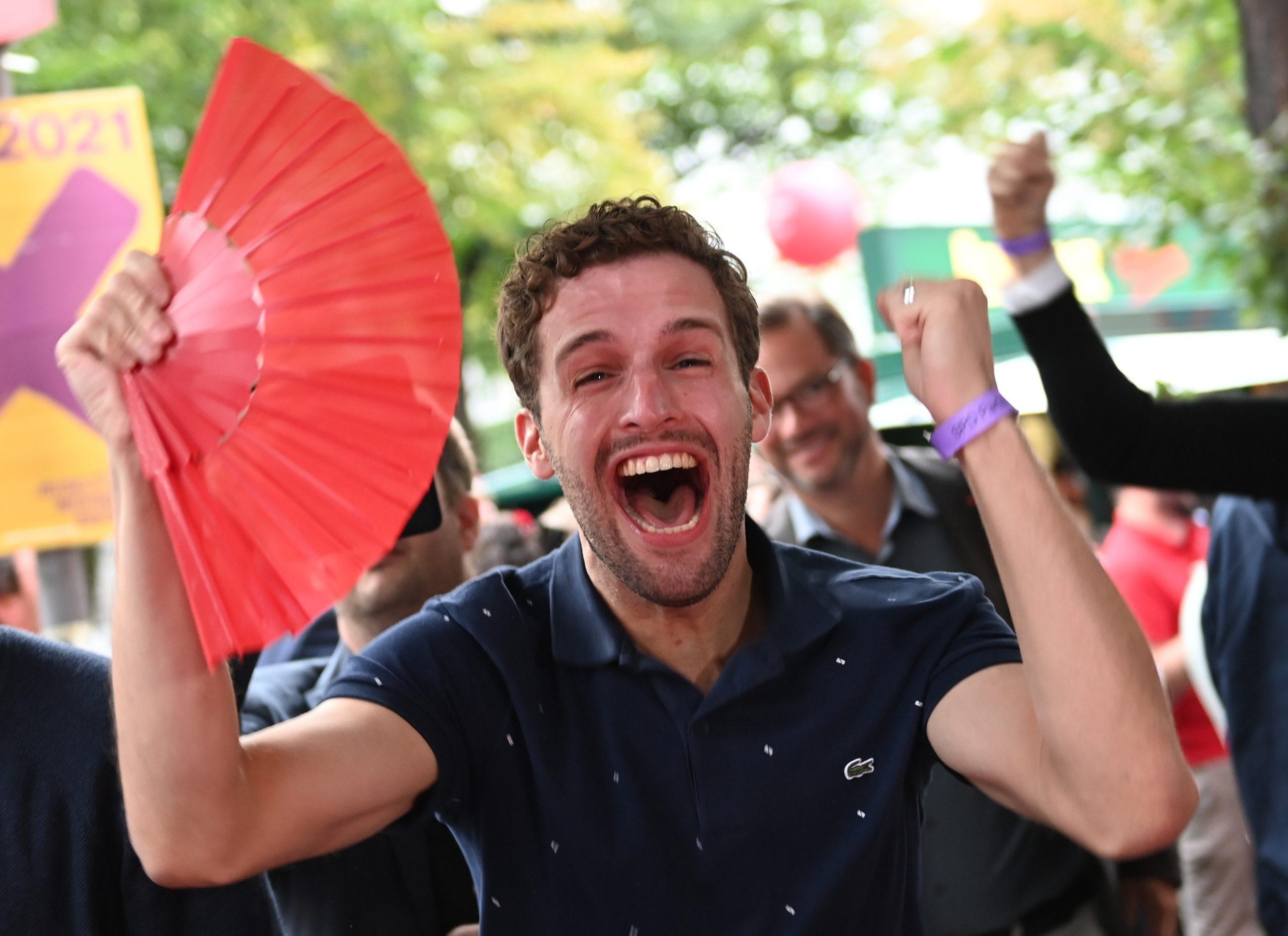 Ein Anhänger der SPD reagiert vor dem Willy-Brandt-Haus auf die ersten Ergebnisse der Bundestagswahl.