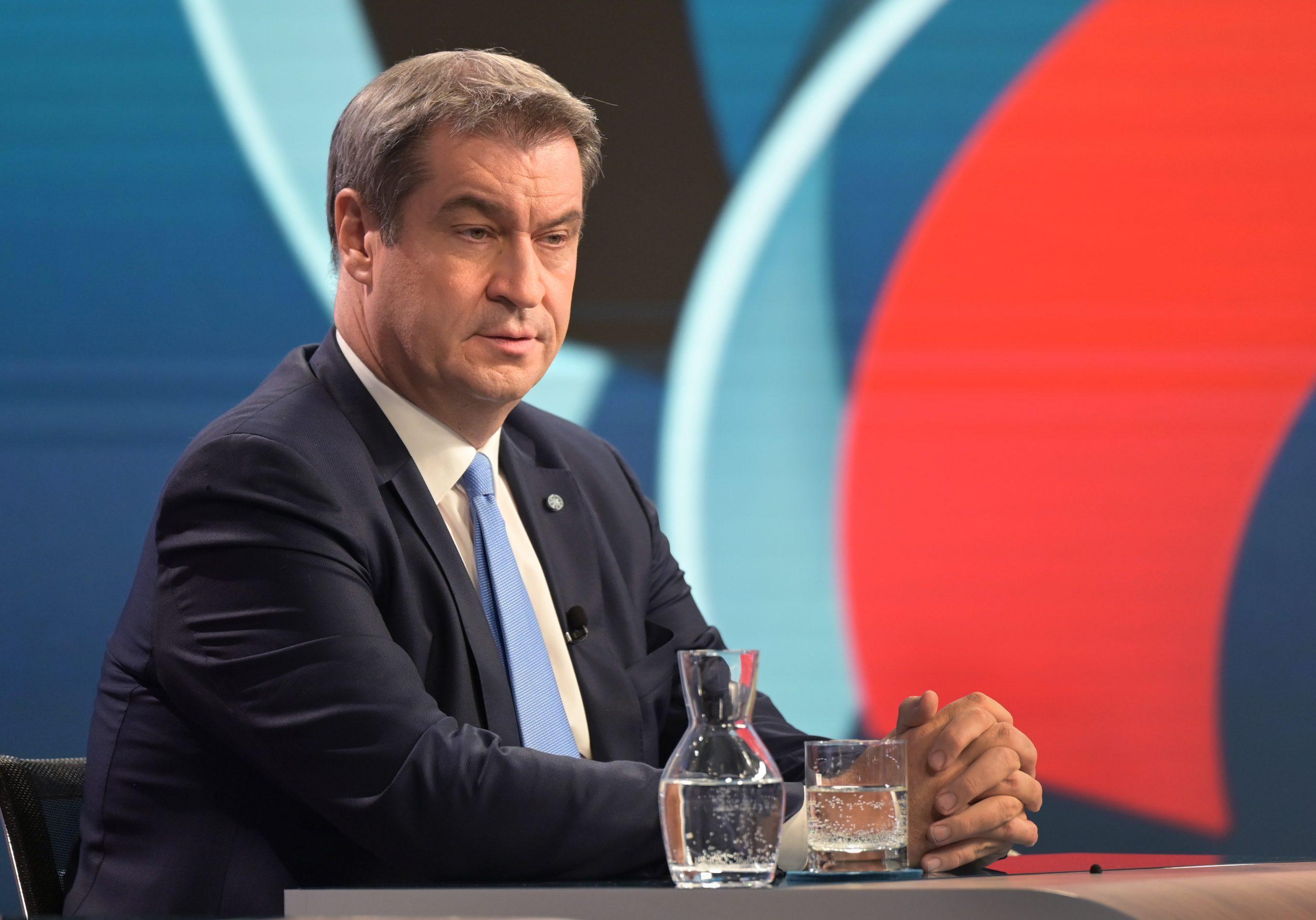CSU-Parteichef Markus Söder sitzt in einem Wahlstudio des ZDF.