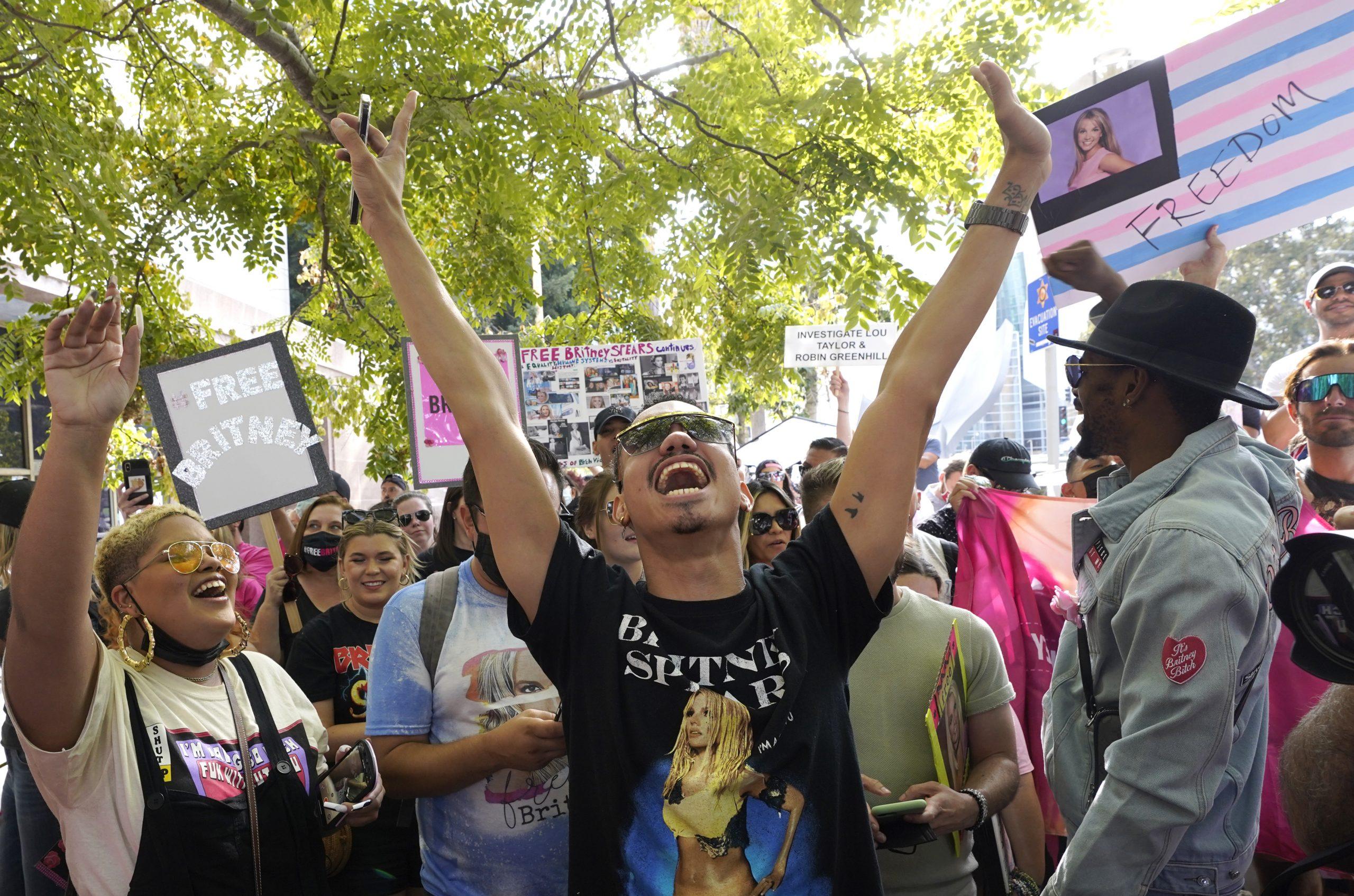 Ein Britney Spears Unterstützer aus Los Angeles feiert vor dem Stanley Mosk Gerichtsgebäude in Los Angeles.