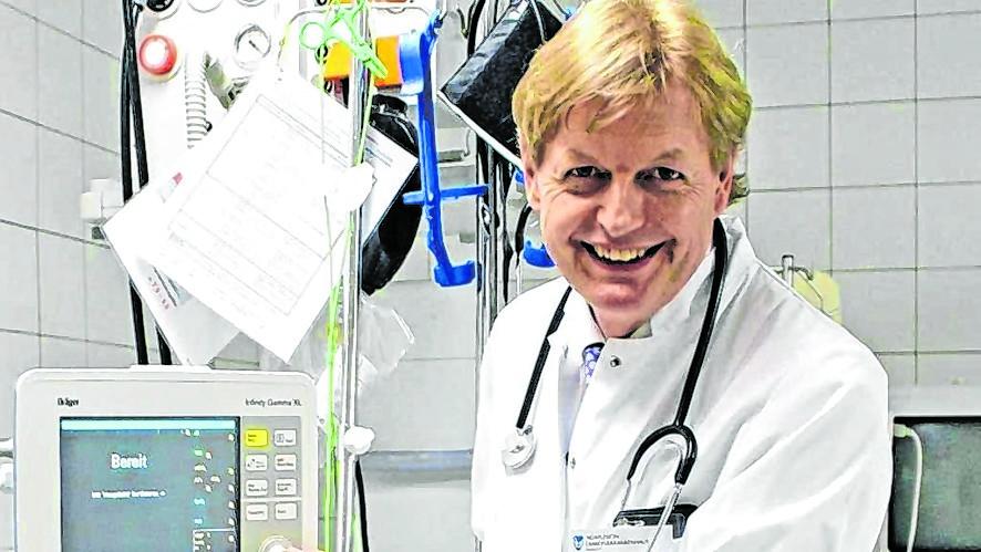 Im Dienst mit Kittel: So kennen seine Klinik-Kollegen den 65-Jährigen.